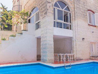 Basecamp - 12 bedroom private villa with pool