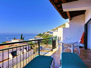 Spacious apartment a short walk away (123 m) from the 'Cala Almadrava' in Roses