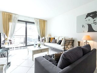 Spacious apartment in the center of Cannes with Parking, Internet, Washing machi