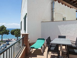 Spacious apartment a short walk away (85 m) from the 'Cala Almadrava' in Roses w