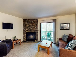 NEW LISTING! Cozy condo w/shared hot tub, near River Run lifts & downtown