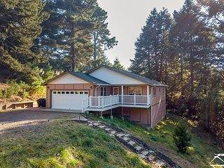 Hillcrest Hideaway - 5 mins from the bay on the Redwood Coast!