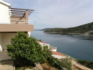 Cozy apartment very close to the centre of Vinišće with Parking, Internet, Air c