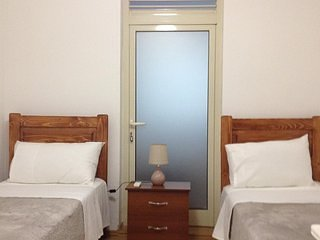 Hostel Tirana - Bedroom1, location de vacances à Daias-Barabas