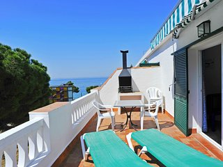 Spacious apartment a short walk away (90 m) from the 'Cala Almadrava' in Roses w