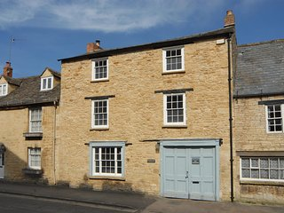 WHITE HART HOUSE, Open fire, WiFi, Spacious garden, Burford
