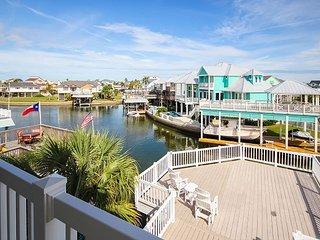 Reel Good Spot 5BR Canal-Front Gem w/ Private Boat Dock & 3 Huge Decks