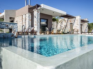 Luxury,modern,ideal for family,pool,view