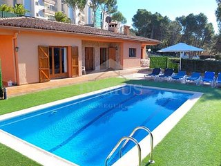 6 bedroom Villa with Pool - 5689770