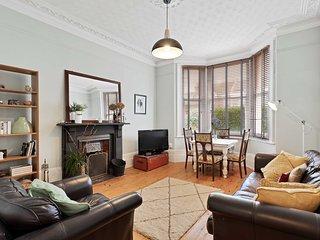 Sunny Regency Apartment - Sleeps 2 to 4 guests - Shared garden