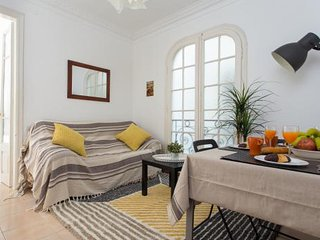 Comfortable 3 Bed balcony home near Fira, Avenida del Paral-lel, Plaza Espanya