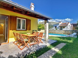 2 bedroom Villa with Pool, WiFi and Walk to Beach & Shops - 5693424