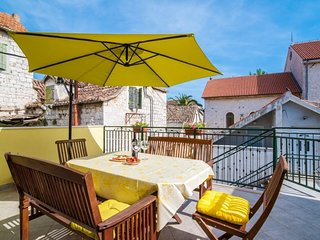 Cozy apartment close to the center of Kaštel Štafilić with Internet, Washing mac