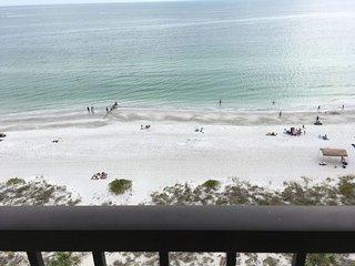 Beachfront condo with gorgeous views!