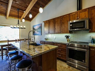 Remodeled, Beautiful and Spacious, Walk to Canyon Lodge