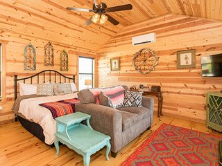 Live Oak Creek Cabins Zac's Cabin | Fredericksburg Vacation Rental
