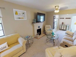 Steps to the beach and the Bay ! Water views sunrise to sunset, WiFi, Laundry, g