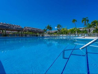 **DEC-MAR OPEN** Tropical getaway at Executive Bay Club, heated pool, fish off t