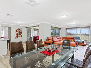 Bulla Lodge - Private & Modern Home near Melb Airport, Sleeps 12 Foxtel+Netflix