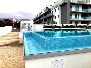 Solig våning, granne med havet och poolen med stor takterrass och havsutsikt
