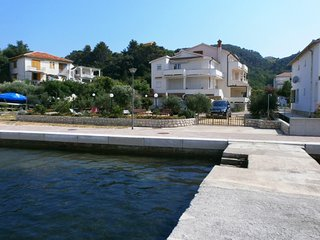 Cozy apartment in the center of Supetarska Draga with Parking, Internet, Air con