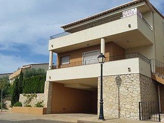 Casa-Chalet a 900 metros de la playa con Wifi en urbanizacion privada.