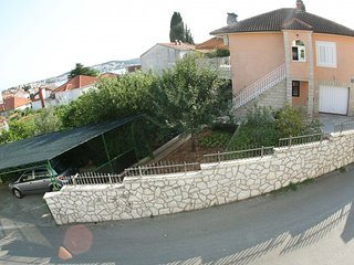 Spacious apartment very close to the centre of Okrug Gornji with Parking, Air co