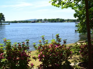 Large, Gorgeous Lake Home 4.3 Miles From OAKLAWN! 140 Knollwood Lodge Road