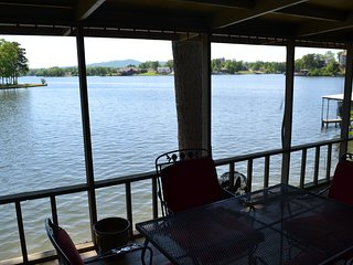 Lake Hamilton 4BR 4BA home ready for fall relaxation!