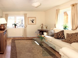 Epicentre of Oxford - Luxury, Light & Sunny two bed Apartment with Parking