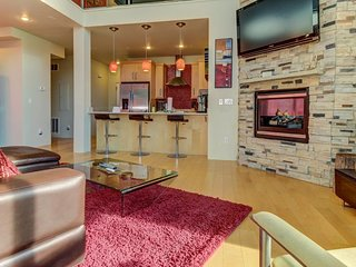 Contemporary condo near lifts w/ private hot tub, mountain views & pool table!