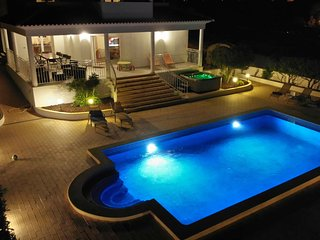 Sunset Villa by Laranjal Rentals Stunning 5 suites,pool heat,SPA,games,Gym,beach