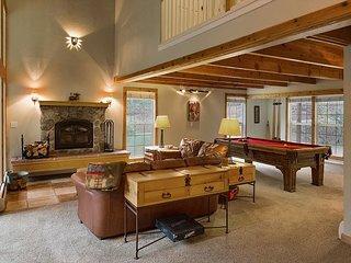 Pet Friendly Mountain Cabin - Hot Tub, Pool Table & Foosball