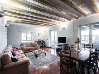 Spacious Benzoni apartment in Testaccio-Piramide with WiFi, integrated air condi