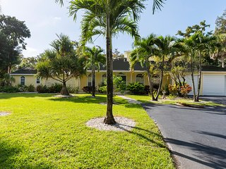 Palm River Estates 4 bed + Den 4.5 bath with pool Casa Ariana - Paradise Found!
