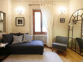 Boboli Frescoes apartment in Oltrarno with WiFi & integrated air conditioning.