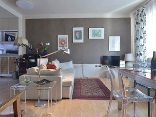 Carlo Troya apartment in Navigli with WiFi, air conditioning, balcony & lift.