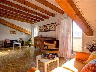 Spacious Tadino apartment in Centro Storico with WiFi, balcony & lift.