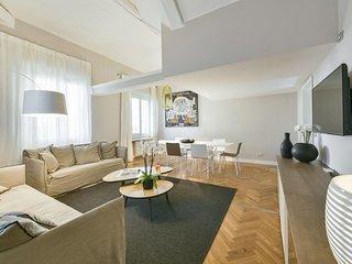 Omero apartment in Duomo with WiFi & lift.
