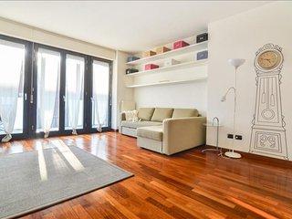 Spacious Traiano apartment in Porta Garibaldi with WiFi, air conditioning, balco