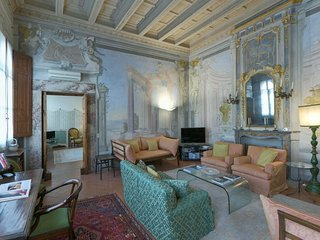 Spacious Loft  apartment in Santa Croce with WiFi & integrated air conditioning.