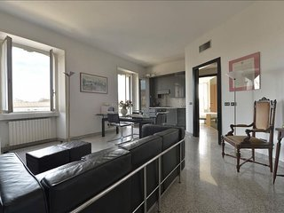 Spacious Umanitaria apartment in Porta Vittoria with WiFi, air conditioning, bal