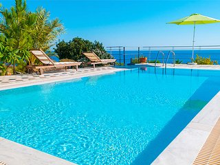 Villa Liakada, proximité  plage, superbe vue sur mer, tout confort, 4 personnes