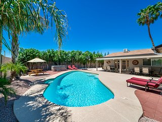 Walking distance to shopping & restaurants -private backyard