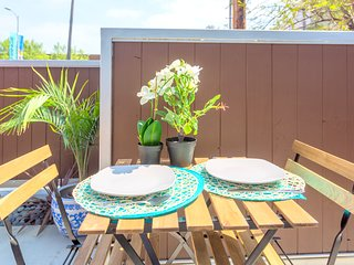 STEPS TO HOLLYWOOD BLVD-STYLISH 1BR LOFT WITH PVT. PATIO!!