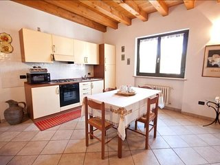 Spacious apartment close to the center of Verona with Parking, Internet