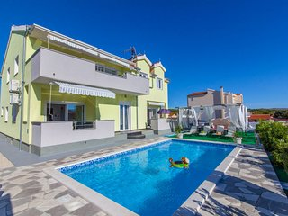 5 bedroom Villa with Air Con, WiFi and Walk to Beach & Shops - 5606200