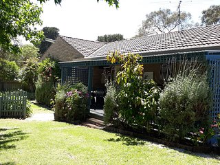 YOUR GARDEN GETAWAY NEAR THE BAY AT ROSEBUD MC CRAE( family and pet friendly)