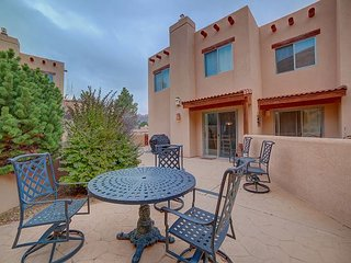 New! Stunning Red Rock Setting - Rooftop Deck & Great Views! 5TH NIGHT FREE