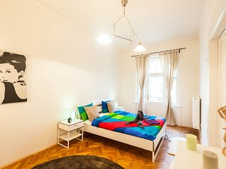 Balcony with Two Bedrooms Perfect for Groups by easyBNB